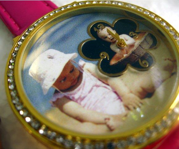 ceas de mana aurit cu cristale personalizat pentru femei